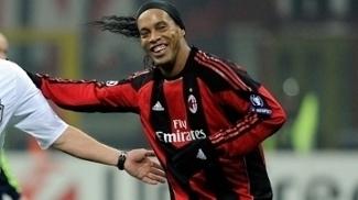 Ronaldinho Gaúcho com a camisa do Milan em jogo da Uefa Champions League