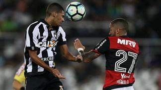 Matheus em ação pelo Botafogo