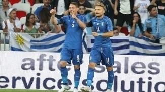 Jogadores da Itália comemoram gol contra uruguaio durante amistoso