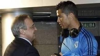 Florentino Pérez, presidente do Real Madrid, conversa com Cristiano Ronaldo