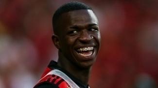 Vinícius Júnior sorri no dia da estreia pelo Flamengo contra o Atlético-MG, no Maracanã