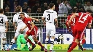 Thomas Mueller comemorando o gol que deu a vitória ao Bayern