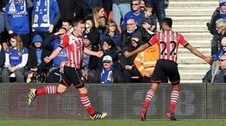 Nathan Redmond e James Ward-Prowse comemoram gol pelo Southampton