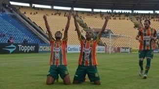 Uilliam comemora o gol que abriu caminho para a vitória