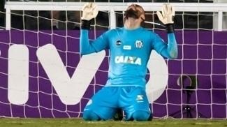 Goleiro Vanderlei comemora atuação pelo Santos contra o Coritiba