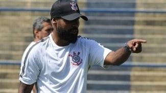 Coelho comanda treino como técnico do sub-20 do Corinthians
