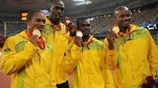 Michael Frater, Nesta Carter, Usain Bolt e Asafa Powell após o ouro em Pequim 2008