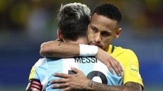 Neymar e Messi se abraçam na partida entre Brasil e Argentina, pelas Eliminatórias