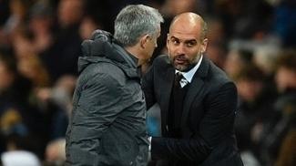 Guardiola conversa com José Mourinho no clássico de Manchester
