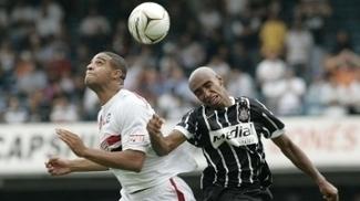 Carlão em ação com a camisa do Corinthians