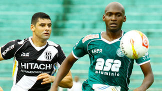 Foto do último dérbi, em 2013, com William defendendo a Ponte e Montoya com a camisa do Guarani