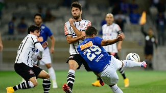 c81b55378b Alisson chuta e Fágner e Felipe bloqueiam em Cruzeiro 0 x 1 Corinthians