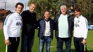 Jurgen Klinsmann e os irmãos Barros Schelotto no CT do Boca Juniors
