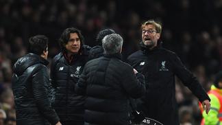 Klopp e Mourinho discutem na beira do gramado, durante partida da Premier League