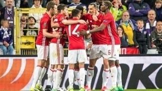 Jogadores do Manchester United comemoram gol de Mkhitaryan
