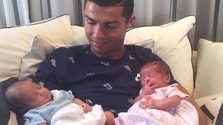 Cristiano Ronaldo agora é pai de gêmeos