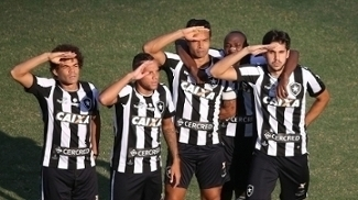 Atletas do Botafogo comemoram o gol de Igor Rabello