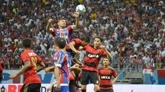 Edson, do Bahia, tenta cabecear a bola durante confronto contra o Sport, em Salvador