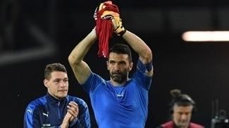 Buffon saúda a torcida após a vitória da Itália sobre Liechtenstein pelas eliminatórias