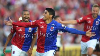 Renatinho (centro) comemora seu gol