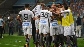 Jogadores do Santos comemoram gol de David Braz, em Porto Alegre