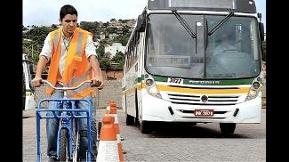 Código de Trânsito Brasileiro diz que motoristas devem guardar distância de 1,5m ao ultrapassar ciclista