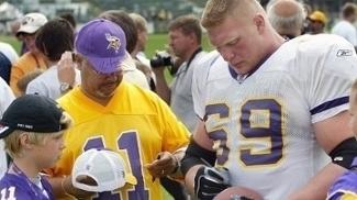 Brock Lesnar autografa uma bola para um jovem torcedor dos Vikings 13f444196dbb8