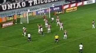 Momento em que Pato chuta em cima de Agenor, que salva o Joinville no fim