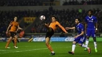 Helder Costa durante ataque do Wolverhampton contra o Chelsea