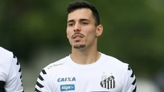 Zeca, lateral direito do Santos, em campo durante treino da equipe