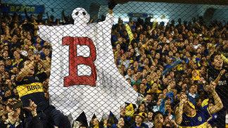 Torcedores do Boca provocam o River com o 'Fantasma da B', em alusão ao rebaixamento do rival