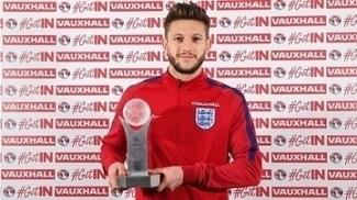 Adam Lallana recebe o prêmio de melhor jogador inglês de 2016