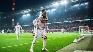 Leonardo Bittencourt pula sobre Anthony Modeste: dupla brilhou na vitória do Colônia