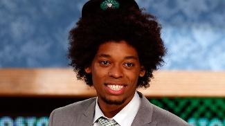 Lucas Bebê com o boné do Boston Celtics que quase não parou em sua cabeça