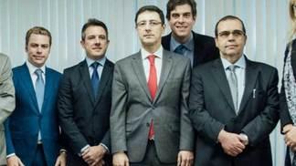 Ronaldo Botelho Piacente (centro, gravata vermelha) é o presidente do STJD