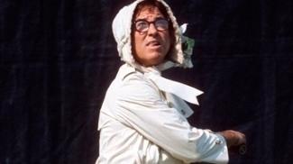 Bobby Riggs em uma de suas fanfarronices, jogando tênis vestido de mulher
