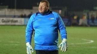 Goleiro Wayne Shaw, de 45 anos, é reserva do Sutton United