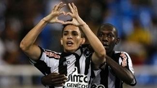Caio comemorando um gol pelo Botafogo em 2010