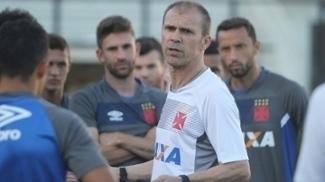 Milton Mendes durante treino do Vasco