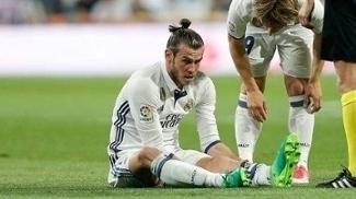 Gareth Bale no gramado do Bernabéu após sofrer nova lesão pelo Real Madrid