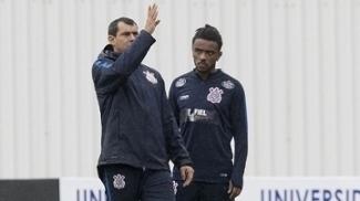Fabio Carille orienta Paulo Roberto durante treino do Corinthians