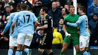 Jogadores do City cumprimentam Hart após sua defesa no pênalti de Lampard