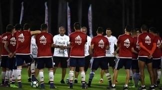 Arce durante treino da seleção paraguaia