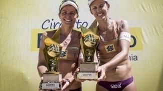 Larissa e Talita com as taças do título da etapa de Maceió