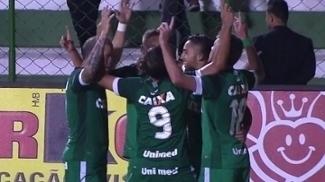 Jogadores do Goiás comemoram gol na vitória sobre o Crac