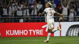 Mariano comemora gol pelo Lyon