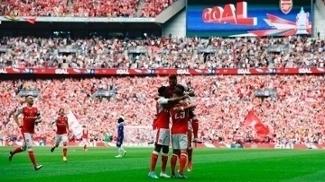 Jogadores do Arsenal comemoram o primeiro gol contra o Chelsea