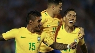 Philippe Coutinho e Roberto Firmino comemoram gol de Paulinho sobre o Uruguai