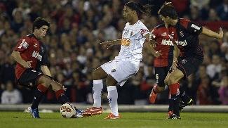 Ronaldinho domina a bola, marcado por Pablo Perez (à esq.), no primeiro jogo da semi entre Newell's e Atlético-MG