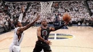 Chris Paul vai para a bandeja em cima de Joe Johnson durante o jogo 6 de Jazz x Clippers